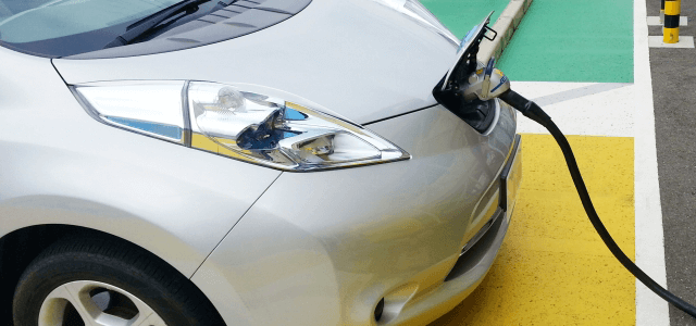 電気自動車に充電するイメ-ジ